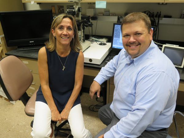 Drs. Jaspers and Clapp (L-R) in the Jaspers Lab.